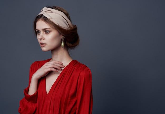 Mulher elegante com vestido vermelho e decoração atraente cinza Foto Premium