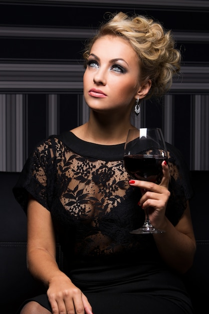 Mulher elegante de vestido preto Foto gratuita