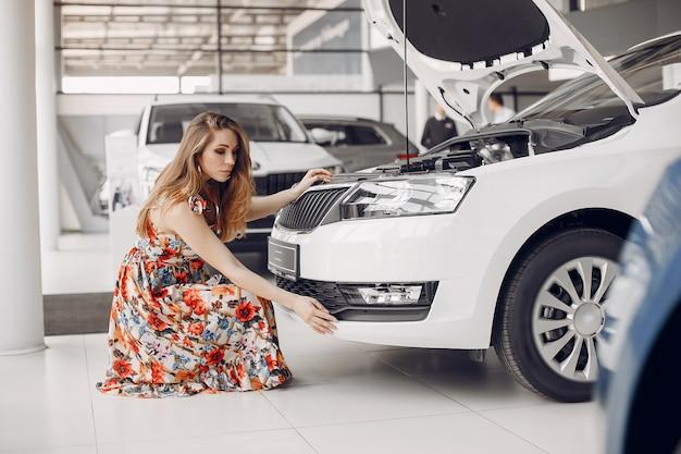 Mulher elegante e elegante em um salão de beleza do carro Foto gratuita
