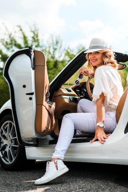 Mulher elegante em carro tiro completo Foto gratuita