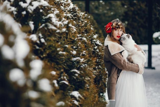 Mulher elegante em um vestido branco longo Foto gratuita
