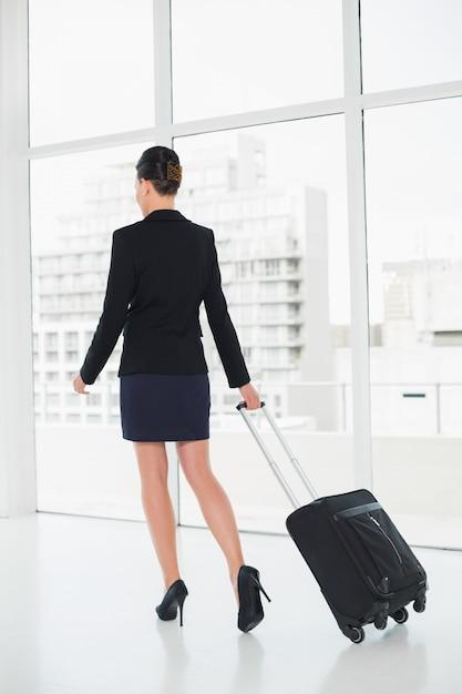 Mulher elegante em uma viagem de negócios Foto Premium