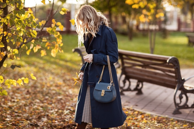 Mulher elegante passeios no parque outono. Foto Premium