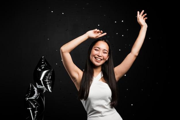 Mulher elegante, posando na festa de ano novo Foto gratuita