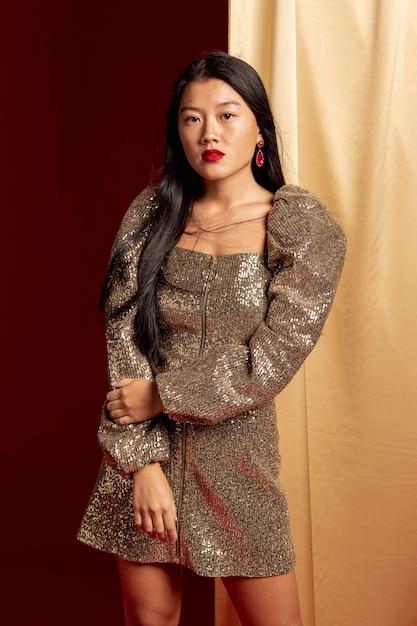 Mulher elegante, posando para o ano novo chinês Foto gratuita