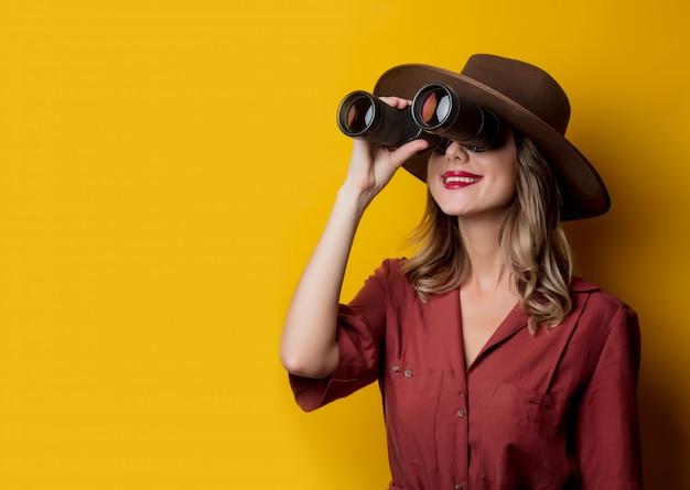 Mulher, em, 1940s, estilo, roupas, com, binóculos Foto Premium