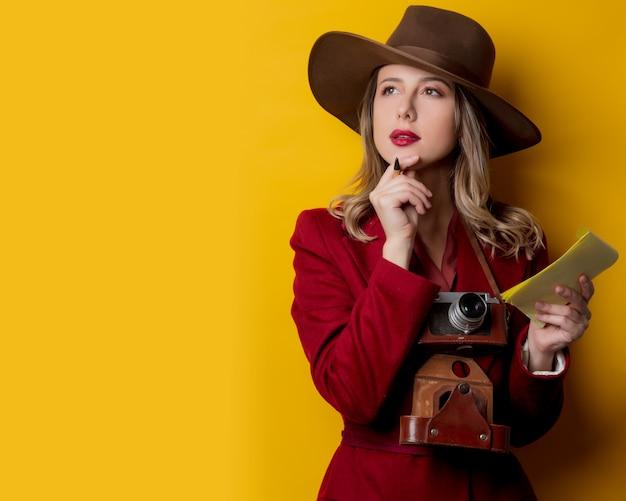 Mulher, em, 1940s, estilo, roupas, com, caderno, e, caneta Foto Premium