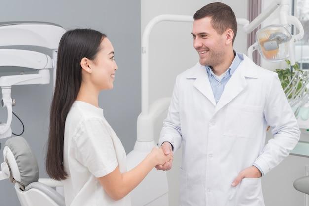Mulher, em, a, dentista Foto gratuita