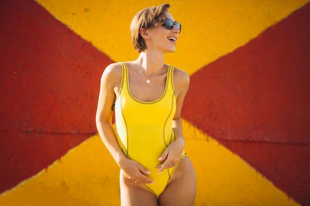 Mulher, em, amarela, terno natação Foto gratuita