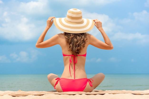 847ac3f39e Mulher, em, biquíni, com, chapéu sol, sentando praia, em, verão ...