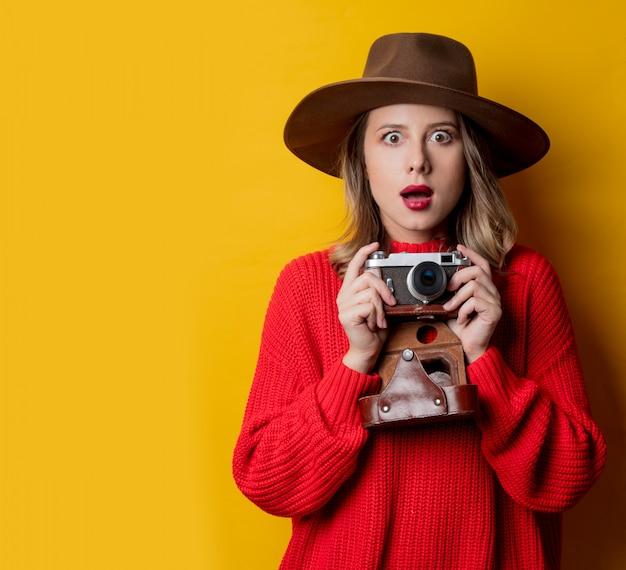 Mulher, em, chapéu, com, câmera vintage Foto Premium