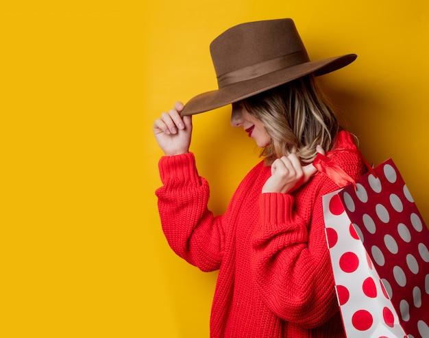 Mulher, em, chapéu, e, bolsas para compras Foto Premium