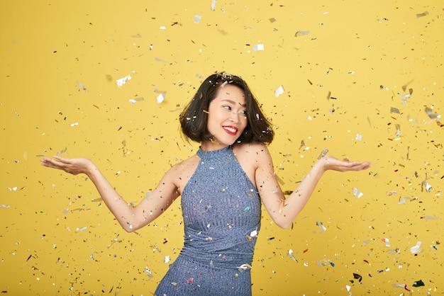 Mulher em confete brilhante Foto gratuita