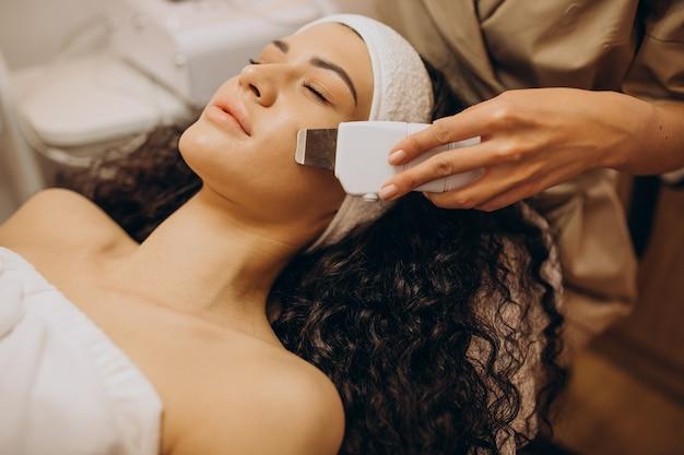 Mulher em cosmetologista fazendo procedimentos de beleza Foto gratuita
