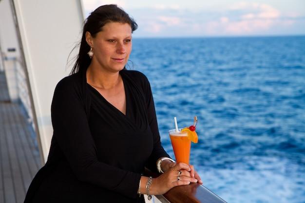 Mulher em cruzeiro Foto Premium