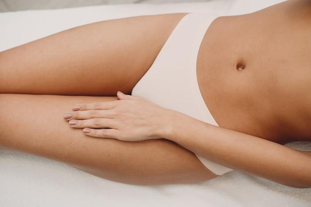 Mulher em cueca branca Foto Premium
