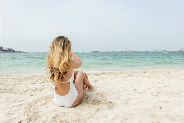 Mulher, em, dubai, praia, desgastar, branca, swimsuits Foto Premium