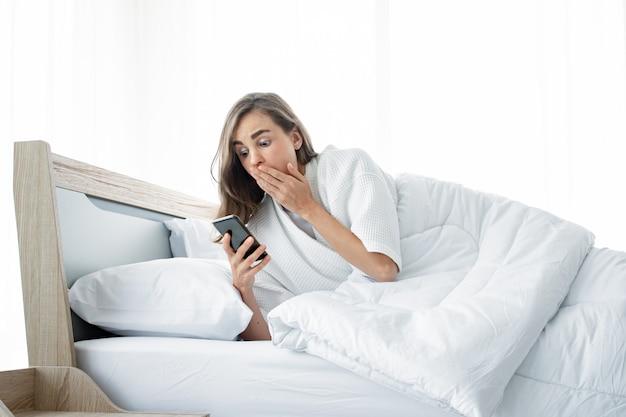 Mulher em estado de choque depois que acordou tarde. Foto Premium