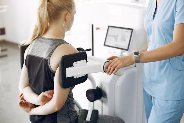 Mulher em fisioterapia fazendo exercícios físicos com terapeuta qualificado Foto gratuita