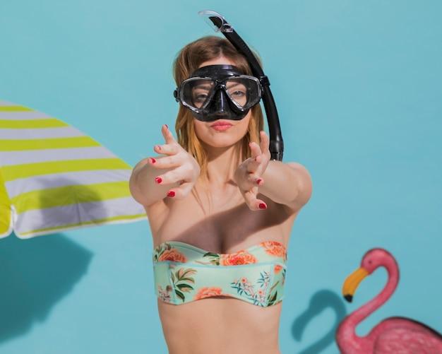 Mulher, em, máscara scuba, ligado, praia Foto gratuita