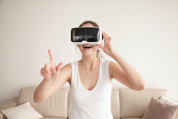 Mulher em óculos de realidade virtual faz compras na loja online Foto gratuita