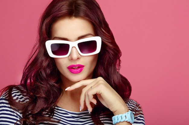 Mulher, em, óculos de sol, close-up, estúdio Foto Premium