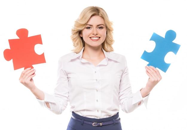 Mulher, em, paleto, tentando, conectar, pedaços, de, quebra-cabeça, e, sorrindo Foto Premium