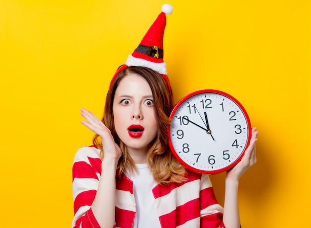 Mulher, em, papai noel, chapéu, com, relógio Foto Premium
