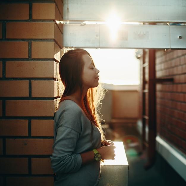 Mulher em pé em uma rua com os olhos fechados Foto Premium