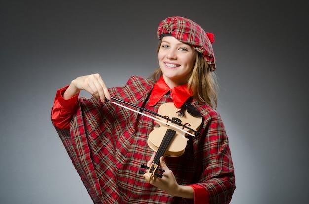 Mulher, em, roupa escocesa, em, musical, conceito Foto Premium