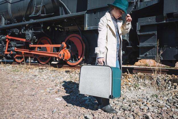 Mulher em roupas vintage no trem Foto gratuita