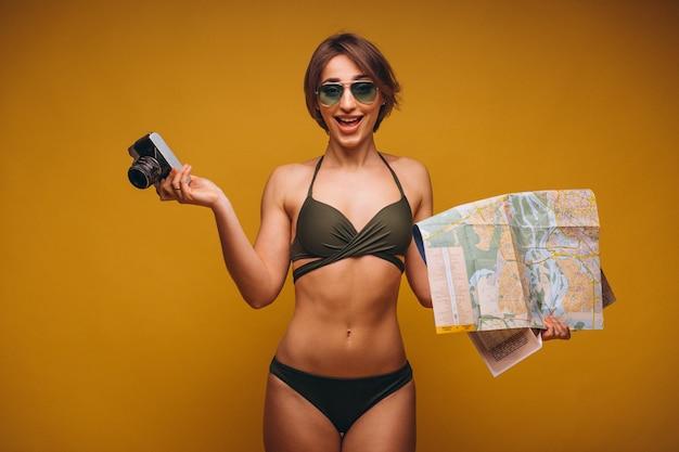 Mulher, em, terno natação, com, câmera, e, viagem, mapa, isolado Foto gratuita