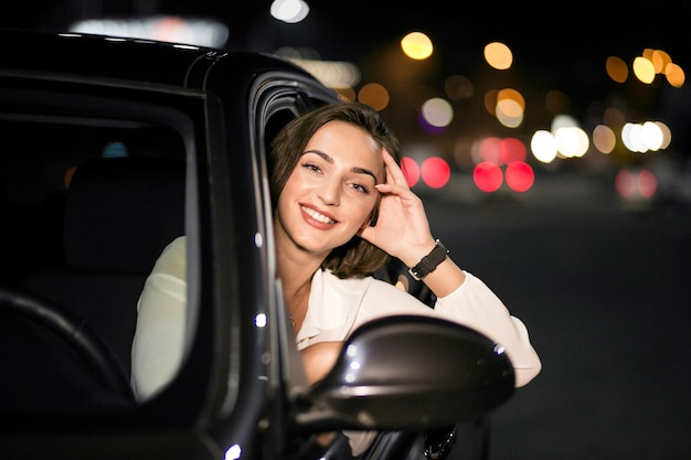 Mulher em um carro Foto gratuita