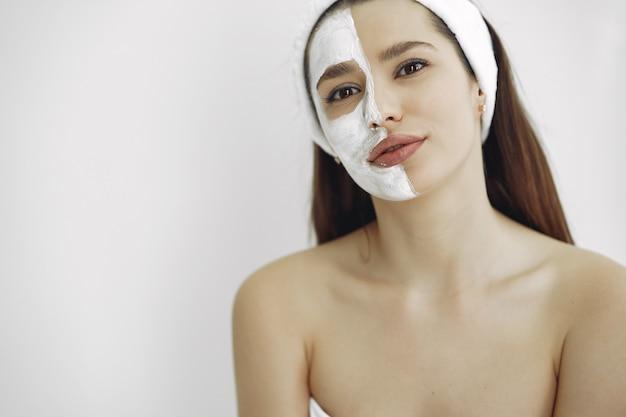 Mulher em um estúdio de cosmetologia Foto gratuita