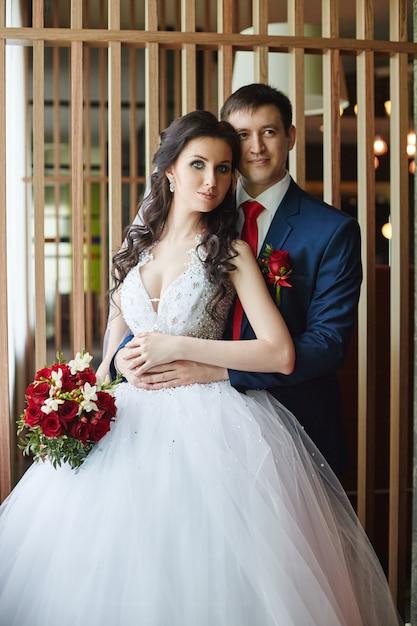 Mulher em um lindo vestido branco e um homem Foto Premium