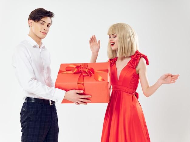 Mulher em um lindo vestido com um homem abraça um casal de férias, gente bonita Foto Premium