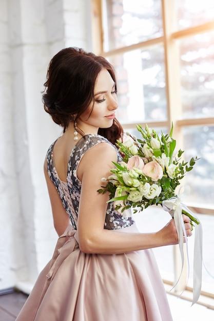 Mulher em um lindo vestido e um grande buquê Foto Premium