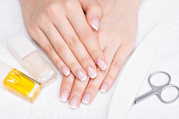 Mulher em um salão de beleza recebendo manicure por uma esteticista. conceito de tratamento de beleza. Foto gratuita