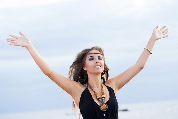 Mulher em um vestido na praia Foto gratuita