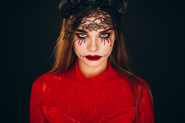 Mulher em uma fantasia de halloween Foto gratuita