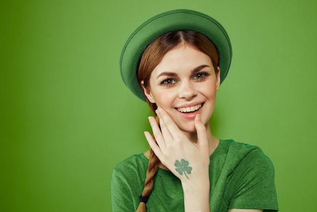 Mulher em verde, dia de são patrício, trevo verde de quatro folhas, espaço verde Foto Premium