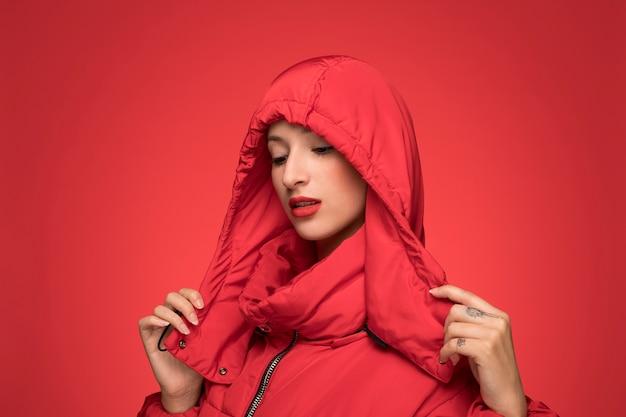 Mulher, em, vermelho, inverno, casaco encapuçado Foto gratuita