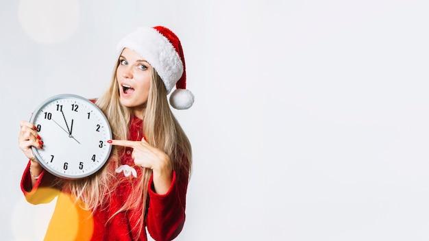 Mulher, em, vermelho, roupas, mostrando, ligado, relógio Foto gratuita