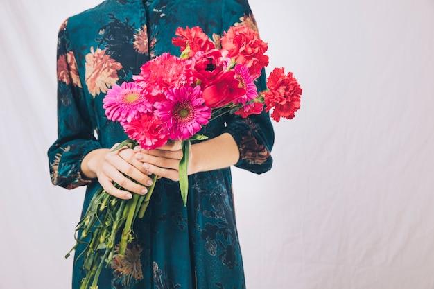 Mulher, em, vestido, com, buquê flores Foto gratuita