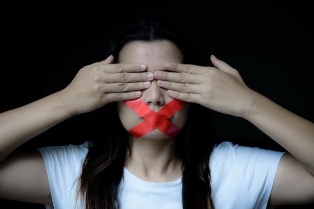 Mulher, embrulhando, dela, monte, adesivo, fita, conceito liberdade, fala, human, direita, dia Foto Premium