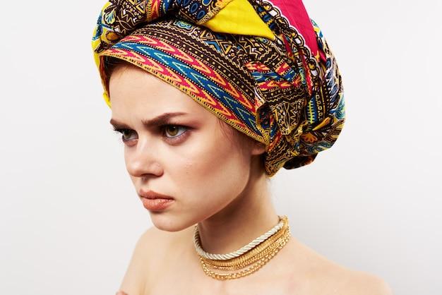 Mulher emocionalmente alegre com um turbante na cabeça close-up de estúdio de roupas tradicionais Foto Premium