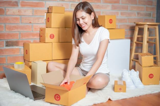 Mulher empreendedor proprietário pme negócio é verificar a ordem Foto Premium