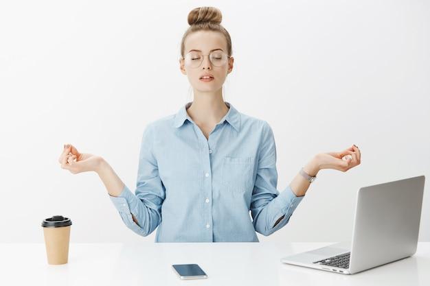 Mulher empreendedora de sucesso em camisa de colarinho azul Foto gratuita