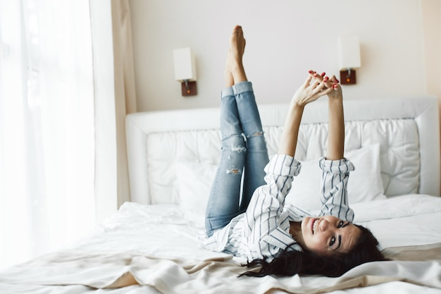 Mulher encantadora curtindo a hora de dormir Foto gratuita