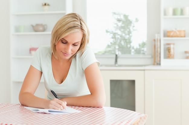 Mulher encantadora - lendo um texto Foto Premium